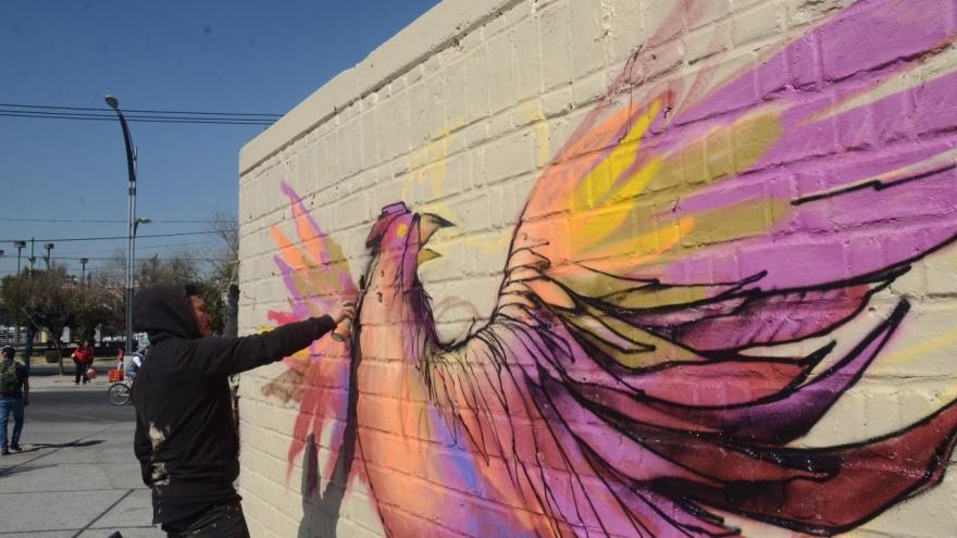 Trabaja Gobierno CDMX en imagen urbana de Eje 1 Norte con pintura de fachadas y graffiti artístico