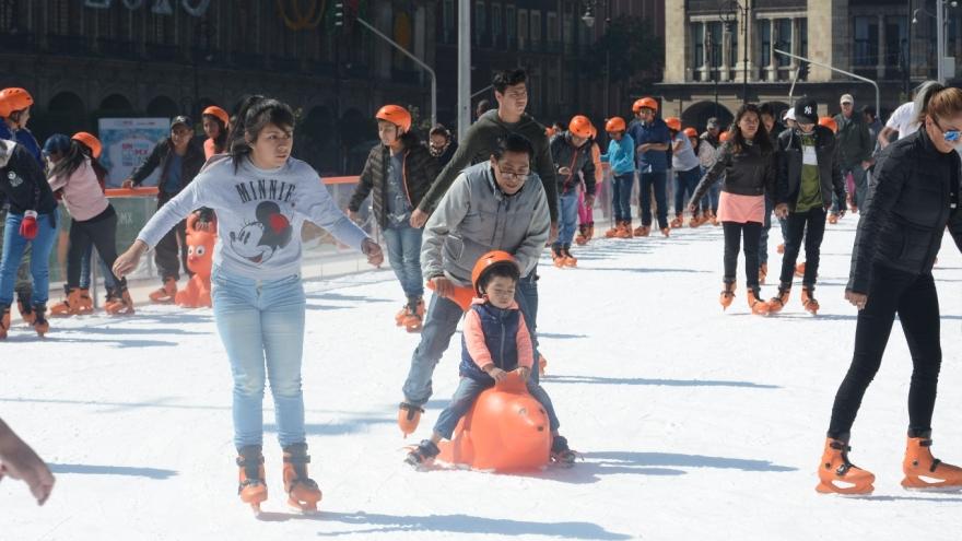 Disfrutan cerca de 800 mil personas pistas de hielo en CDMX
