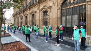 Personal de la SecGob invita a locatarios del Centro Histórico a usar cubrebocas y caretas